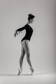 Moderne stijl balletdanser poseren