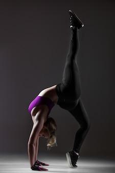 Moderne stijl danser voert acrobatische oefening uit
