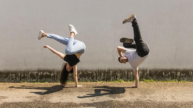 Moderne stijl jonge danseres die op straat presteren