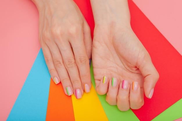 Moderne stijlvolle manicure regenboog of zomerstemming