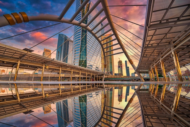 Moderne structuur brugvorm en gebouw bij zonsondergang in treinstation, bangkok, thailand.