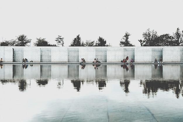 Moderne structuur weerspiegeld op het water