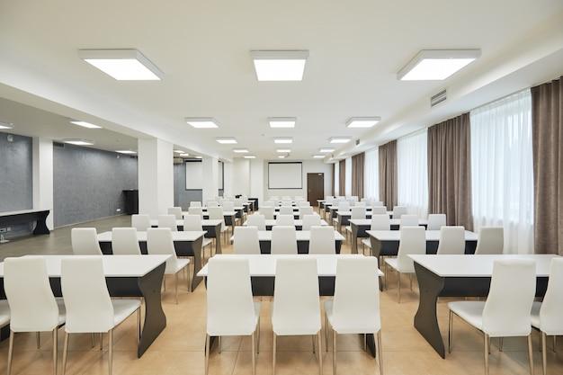 Moderne studeerkamer met witte stoelen