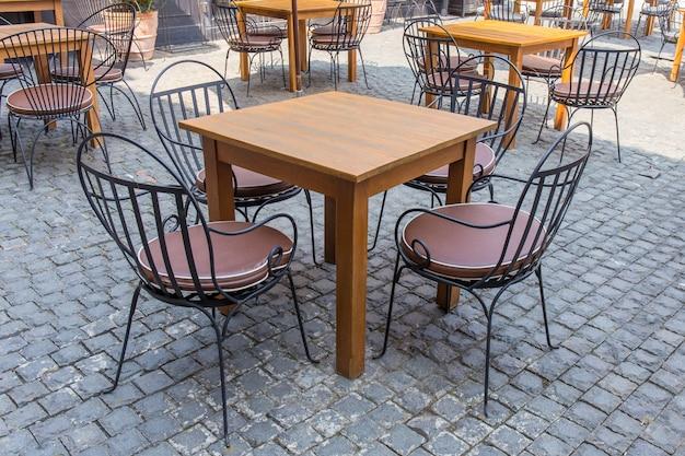 Moderne tafel en stoelen ingesteld in de buitenlucht