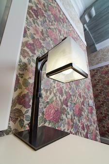 Moderne tafellamp in het interieur
