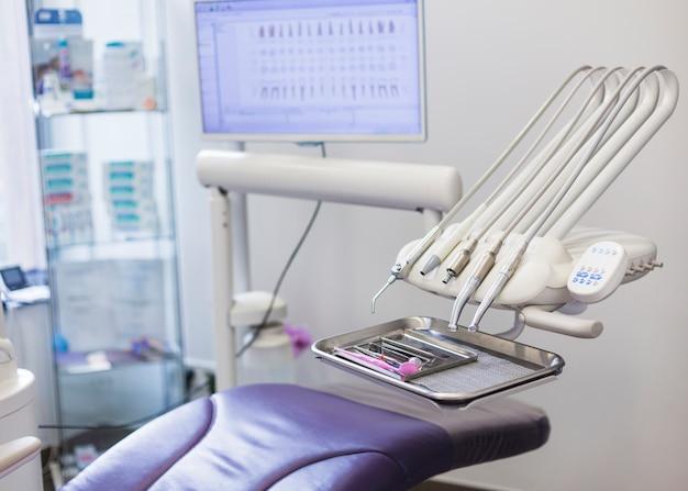 Moderne tandartsstoel en instrumenten in kliniek