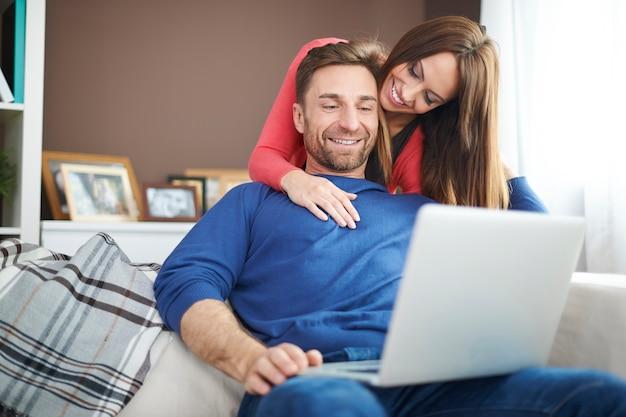 Moderne technologie die wordt gebruikt voor entertainment in ons huis