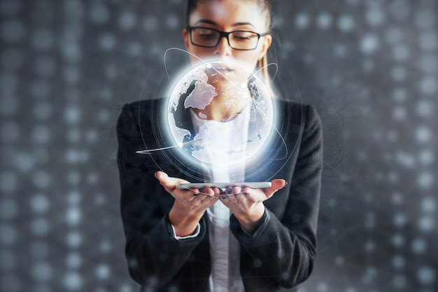 Moderne technologieën, internet en netwerk - man in zakelijke kleding, drukt op de knop