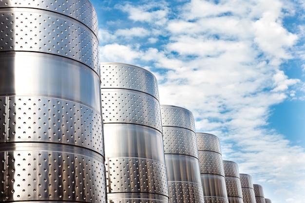 Moderne technologische industriële uitrusting van wijnfabriek.