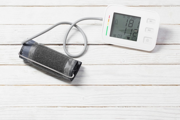 Moderne tonometer op witte houten oppervlak