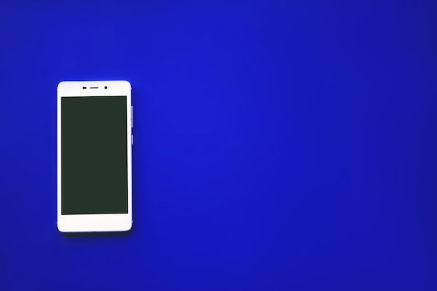 Moderne touchscreen telefoon op blauwe achtergrond, voor het ontwerp of de mobiele telefoon mockup.