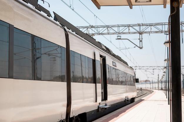 Moderne trein in station wachtend op passanten