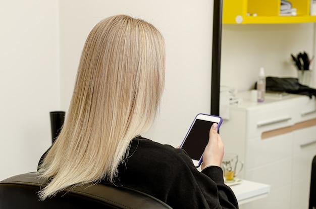 Moderne trendy airt ouch-techniek voor haarverven. kijk van achteren op steil haar. set van haarverfproces. stap 5 van 7