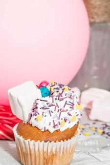 Moderne verjaardagssamenstelling met mooie cupcake