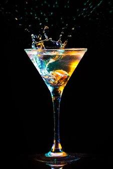 Moderne verse cocktail op de zwarte achtergrond