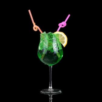 Moderne verse cocktail op de zwarte