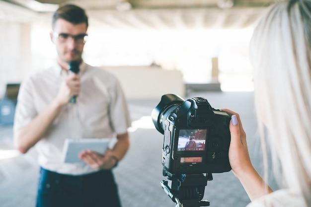 Moderne video-opnameapparatuur. hedendaagse apparaten bij het creëren van hoogwaardige inhoud voor televisieconcept
