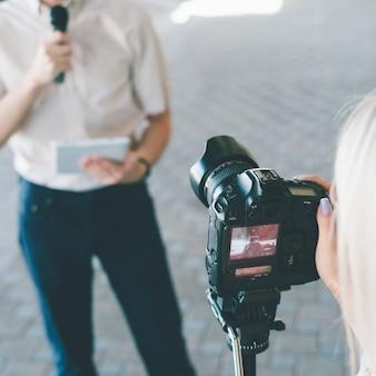 Moderne video-opnameapparatuur. hedendaagse apparaten bij het maken van hoogwaardige inhoud voor vlogs of tv-programma's concept