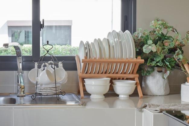 Moderne voorraadkast met werktuig in keuken