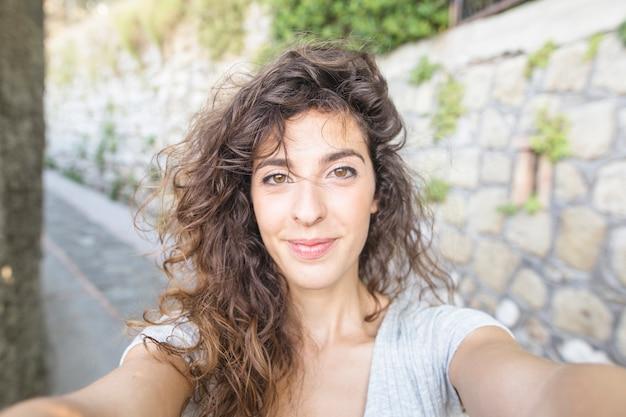Moderne vrouw die een selfie neemt