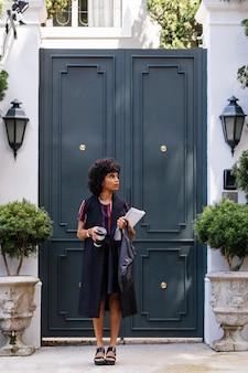 Moderne vrouw die op de straat loopt