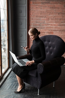 Moderne vrouw die op laptop werkt