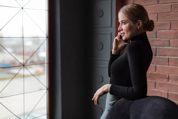 Moderne vrouw die over telefoon spreekt