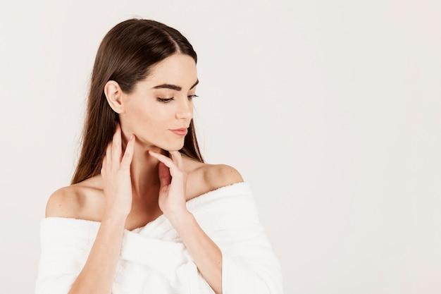 Moderne vrouw die zich tijdens schoonheidsbehandelingen voordoet