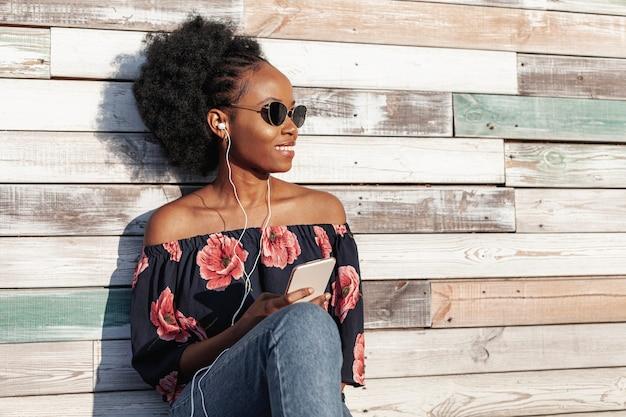 Moderne vrouw die zonnebril draagt terwijl weg het kijken