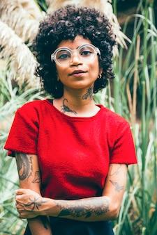 Moderne vrouw in een park