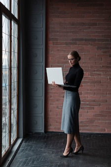 Moderne vrouw met laptop werken