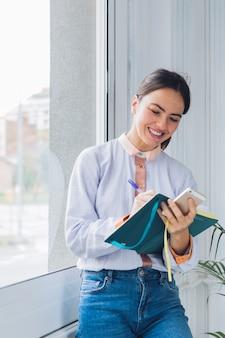 Moderne vrouw met notitieboekje