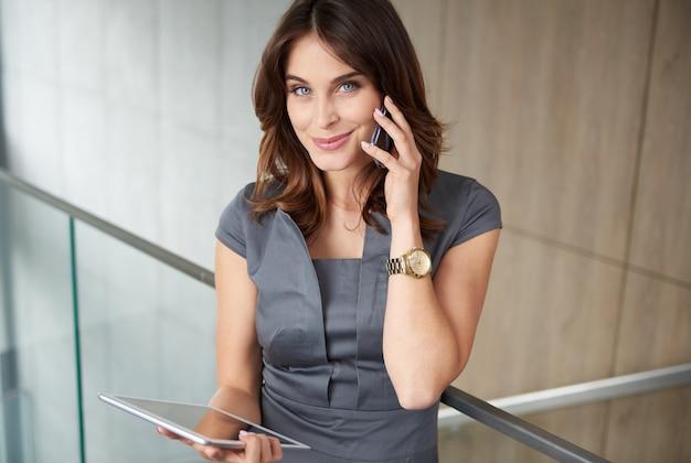 Moderne vrouw met telefoon en digitale tablet