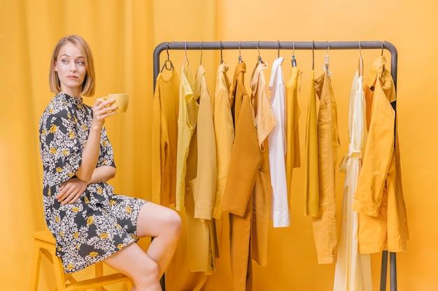 Moderne vrouw naast garderobe