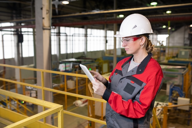 Moderne vrouwelijke ingenieur met tabletpc