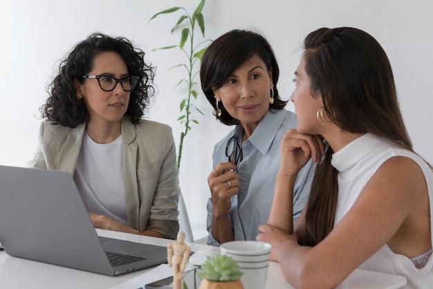Moderne vrouwen die aan een project werken