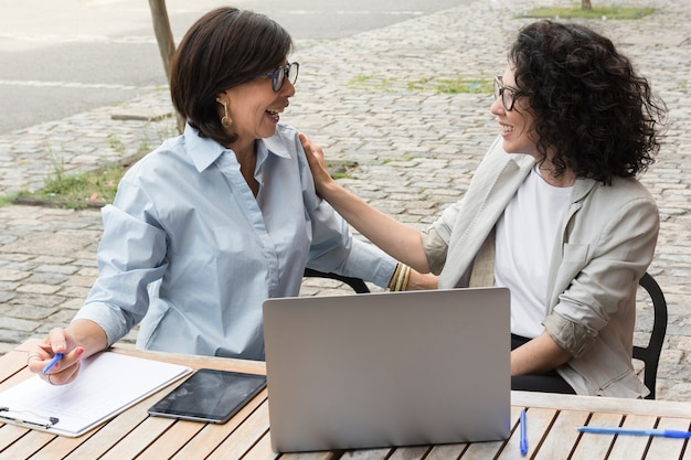 Moderne vrouwen die buiten samenwerken