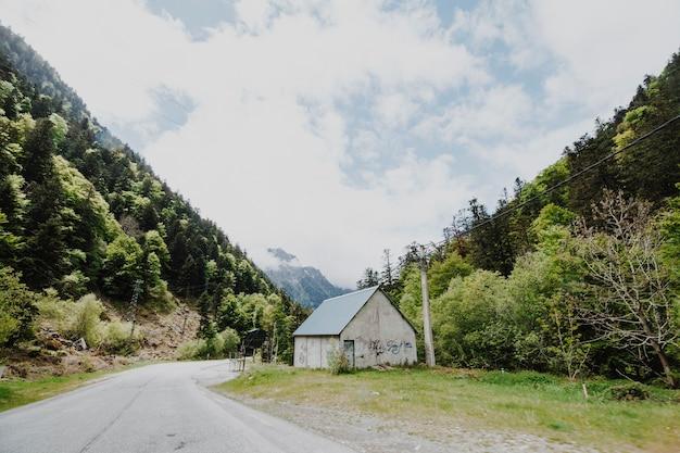 Moderne weg omringd door bergen