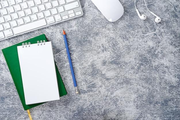 Moderne werkomgeving bij wit bureau met computernotitieblokpotlood groen blad