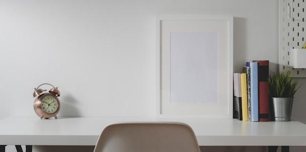 Moderne werkplek met mock up frame, kantoorbenodigdheden en vintage radio met kopie ruimte