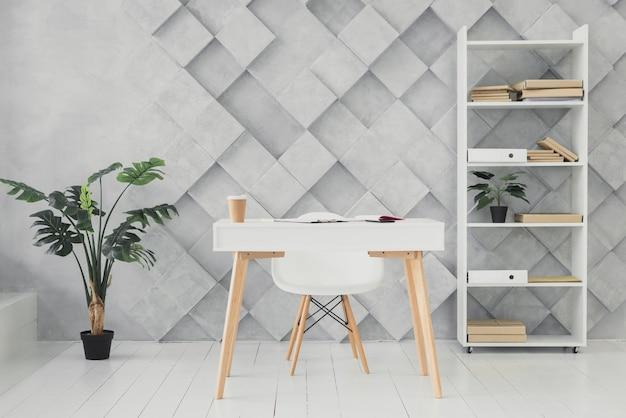 Moderne werkruimte met een futuristische achtergrond