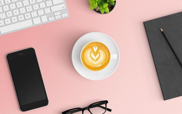 Moderne werkruimte met koffiekopje, laptop, toetsenbord en smartphone op roze kleur