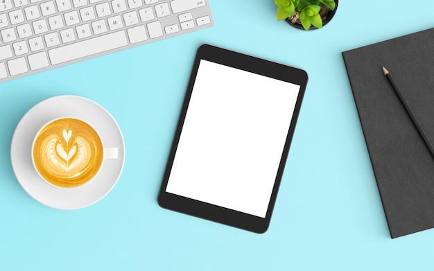 Moderne werkruimte met koffiekopje, smartphone, toetsenbord en laptop op blauwe kleur
