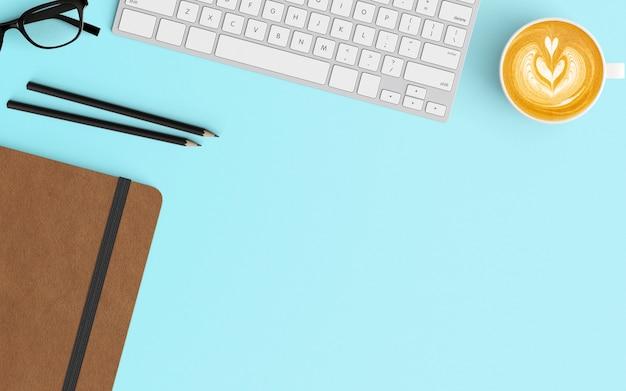 Moderne werkruimte met koffiekopje, toetsenbord, potlood en notitieblok op blauwe kleur