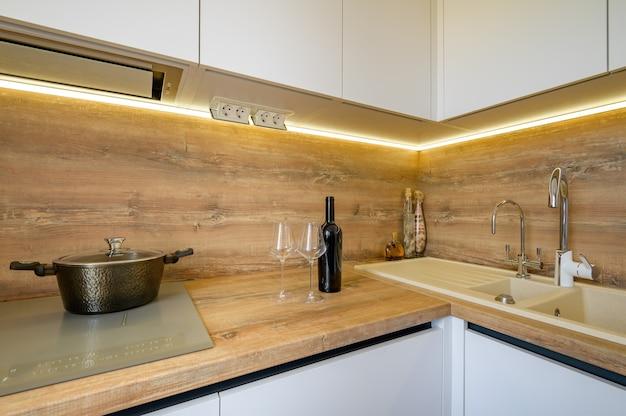 Moderne witte en beige houten keuken interieurdetails