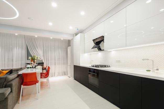 Moderne witte keuken en eetkamer