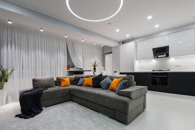 Moderne witte keuken en woonkamer