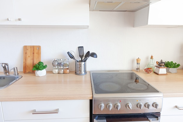 Moderne witte keuken strakke eigentijdse stijl interieur met witte en houten details