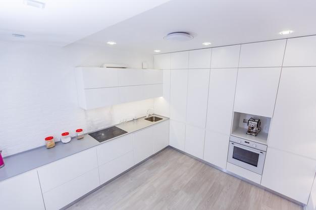 Moderne witte keuken zonder grepen