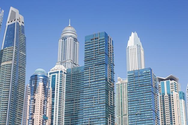 Moderne wolkenkrabbers in het financiële district van dubai marina